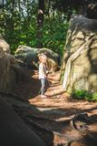 Caminando 6 años de la muchacha Foto de archivo libre de regalías