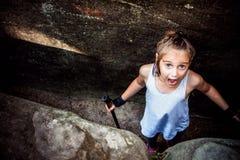 Caminando 6 años de la muchacha Foto de archivo