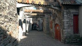 Caminando abajo de las calles en la ciudad vieja de Tallinn, Estonia almacen de video