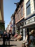 Caminando abajo de una calle peatonal en la cerámica de Delft, Países Bajos imagen de archivo