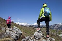 """Caminando caminantes del †""""que caminan en alza en naturaleza de la montaña el día soleado Foto de archivo libre de regalías"""