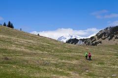 """Caminando caminantes del †""""que caminan en alza en naturaleza de la montaña el día soleado Imagen de archivo libre de regalías"""