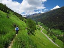 Caminando caminar haciendo excursionismo las montañas el Tyrol del sur Italia del senderismo Imagen de archivo libre de regalías