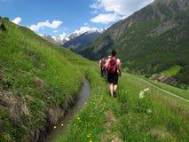 Caminando caminar haciendo excursionismo las montañas el Tyrol del sur Italia del senderismo Fotografía de archivo libre de regalías