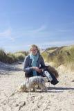 Caminando con el perro en las dunas, Países Bajos Foto de archivo libre de regalías