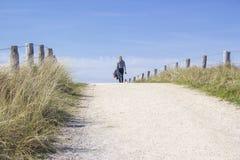 Caminando con el perro en las dunas, Países Bajos Imágenes de archivo libres de regalías