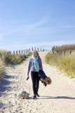 Caminando con el perro en las dunas, Zoutelande Fotos de archivo