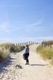 Caminando con el perro en las dunas, Zoutelande en Países Bajos Fotografía de archivo libre de regalías