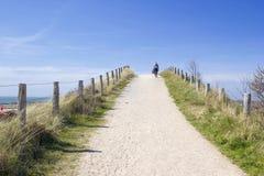 Caminando con el perro en las dunas, Zoutelande, Países Bajos Imagen de archivo libre de regalías