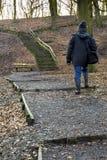 Caminando cuesta arriba a los pasos en la colina de Tandle, Royton Fotografía de archivo libre de regalías