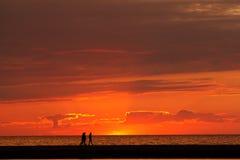 Caminando el embarcadero en la puesta del sol Fotografía de archivo libre de regalías