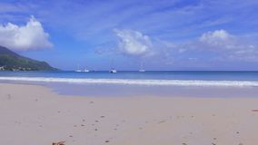 Caminando en Beau Vallon Beach, Mahe Island, Seychelles almacen de metraje de vídeo