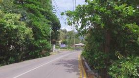 Caminando en el camino de Mahe Island, Seychelles almacen de metraje de vídeo