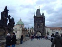 Caminando en el puente del ` de Charles, Praga imagen de archivo libre de regalías
