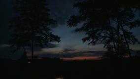 Caminando en la noche, con el vídeo común de la linterna a disposición - almacen de metraje de vídeo