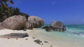 Caminando en la playa de lujo a las rocas, ` Argent, La Digue, Seychelles 1 de la fuente d de Anse almacen de video