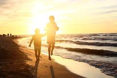 Caminando en la playa, puesta del sol Imagen de archivo libre de regalías