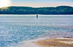 Caminando en las aguas del Danubio, Rumania Imagenes de archivo