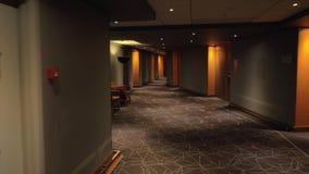 Caminando a la habitación a través del pasillo, acelere almacen de video