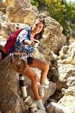 Caminando la sonrisa del retrato de la mujer feliz en montañas de Grand Canyon Crimea Foto de archivo libre de regalías