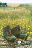 Caminando las botas con el cuchillo y el compás en inicio de sesión colocan Fotografía de archivo
