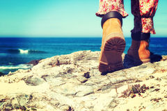 Caminando las botas femeninas Fotografía de archivo libre de regalías