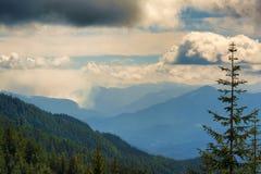 Caminando las opiniones en cascada del ` s de Oregon se extienden imagen de archivo