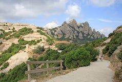 Caminando las trayectorias en las montañas acercan a la abadía benedictina Santa Maria de Montserrat en Monistrol de Montserrat,  Imagen de archivo