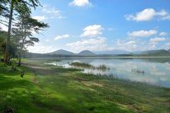 Caminando a lo largo de las orillas del lago Elementaita sleeping, Kenia fotografía de archivo