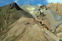 Caminando a lo largo de una formación de roca colorida aguda del bizarr en Landmannalaugar, Islandia imagen de archivo libre de regalías