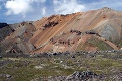 Caminando a lo largo de una formación de roca colorida aguda del bizarr en Landmannalaugar, Islandia fotos de archivo
