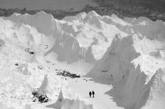 Caminando a lo largo del glaciar de Khumbu, Nepal, región del campo bajo de Everest Fotografía de archivo libre de regalías