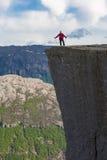 Caminando a Preikestolen, Noruega fotos de archivo