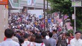 Caminando a través de la ciudad de Shinjuku - un distrito ocupado en Tokio - TOKIO, JAPÓN - 17 de junio de 2018 metrajes