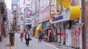 Caminando a través de la ciudad de Shinjuku - un distrito ocupado en Tokio - TOKIO, JAPÓN - 17 de junio de 2018 almacen de video