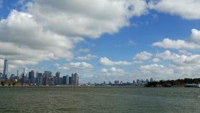 Caminando a través de las calles de Nueva York, Manhattan La vida de Nueva York por la tarde Calles y edificios de la ciudad imágenes de archivo libres de regalías