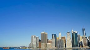 Caminando a través de las calles de Nueva York, Manhattan La vida de Nueva York por la tarde Calles y edificios de la ciudad fotografía de archivo