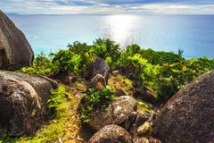 Caminando un throug rocoso del sendero la selva entre el anse Lazio y fotografía de archivo libre de regalías