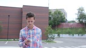 Caminando y ocupado usando Smartphone, paseo en aparcamiento