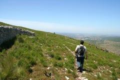 Caminante abajo de la montaña Fotografía de archivo libre de regalías