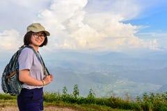 Caminante adolescente de la muchacha en la montaña Imagen de archivo