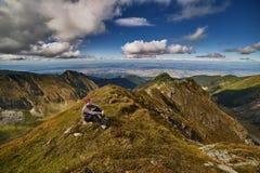 Caminante adolescente en el top de la montaña Fotografía de archivo