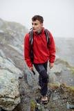 Caminante adolescente en la montaña Foto de archivo libre de regalías
