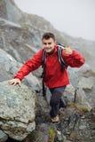 Caminante adolescente en la montaña Imagen de archivo libre de regalías