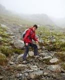 Caminante adolescente en la montaña Fotografía de archivo