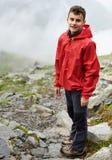 Caminante adolescente en la montaña Fotos de archivo