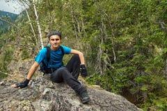 Caminante adolescente en la montaña Imagen de archivo