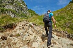 Caminante adolescente en rastro de montaña Foto de archivo libre de regalías