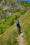 Caminante adolescente en rastro de montaña Imagenes de archivo