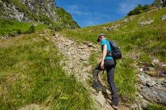 Caminante adolescente en rastro de montaña Imagen de archivo libre de regalías